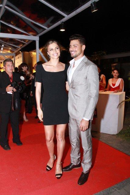 O casal esbanjou elegância no tapete vermelho