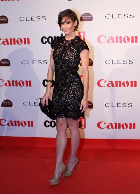 Deborah Secco escolheu um vestido curto para a festa de cinema