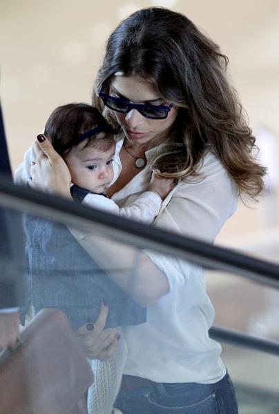 Grazi Massafera viajou com a filha, Sofia, na manhã desta quinta-feira, 19