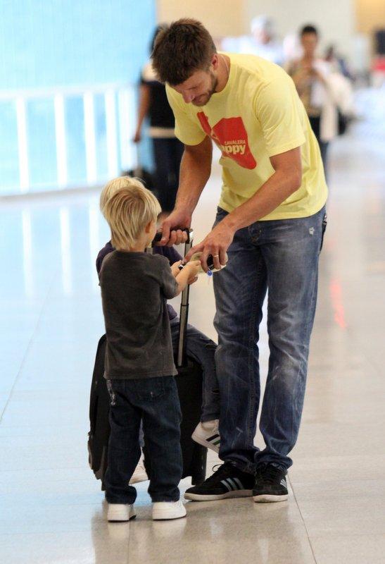 Fernanda Lima e Rodrigo Hilbert embarcam com os filhos gêmeos no aeroporto Santos Dumont, RJ (Foto: Henrique Oliveira / FotoRioNews)