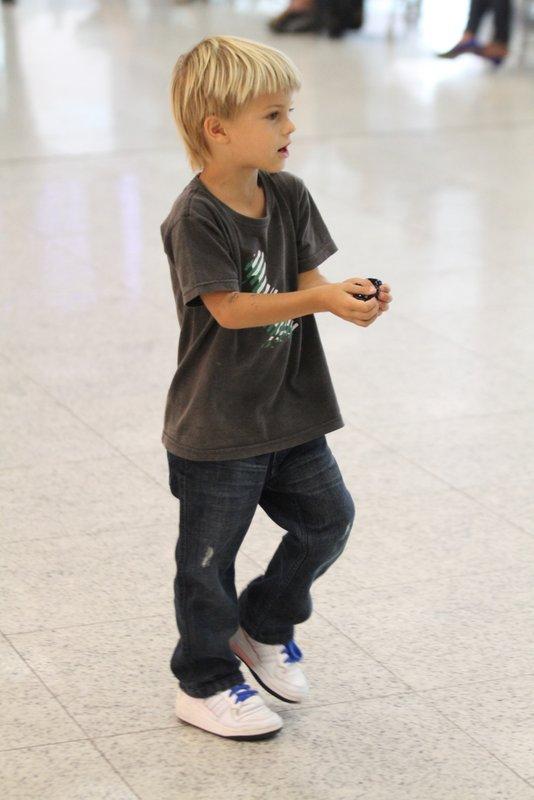 Filho de Fernanda Lima e Rodrigo Hilbert no aeroporto Santos Dumont, RJ (Foto: Henrique Oliveira / FotoRioNews)