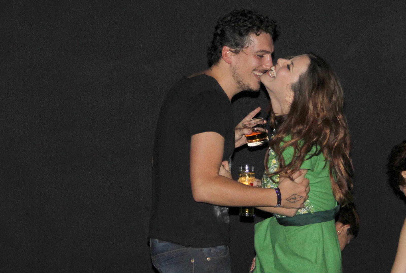 Nathalia Dill com o namorado Caio Sóh em festa no Rio