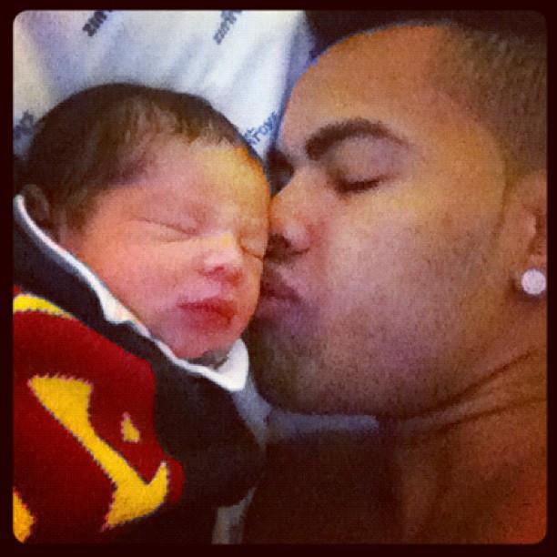 Dentinho beija o filho recém-nascido (Foto: Instagram)