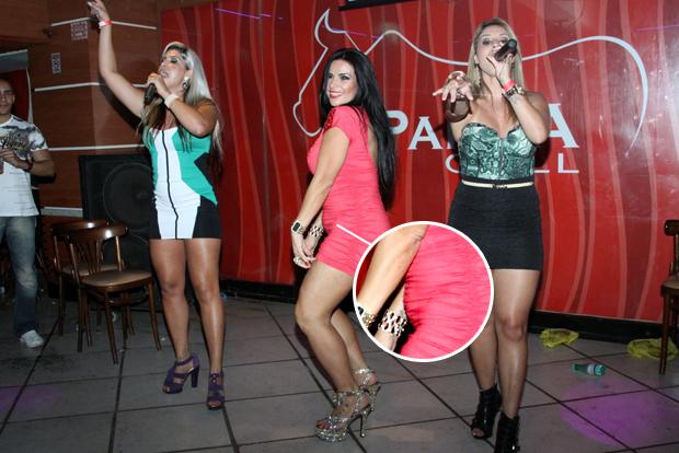 Solange Gomes dança até o chão no lançamento da sua revista (Foto: Graça Paes/Foto Rio News)