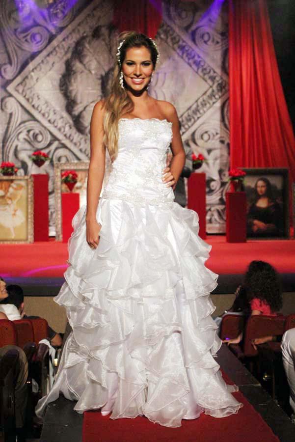 Adriana vestida de noiva (Foto: Binho Dutra/ Divulgação)