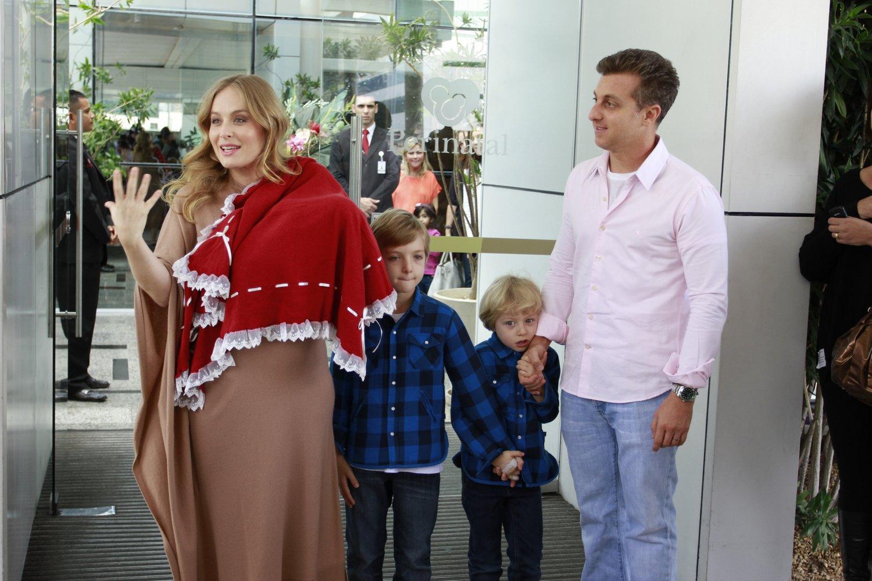 Com a pequena Eva no colo, Angélica posa ao lado dos filhos (Joaquim, de sete anos, e Benício, de cinco) e o marido,  Luciano Huck