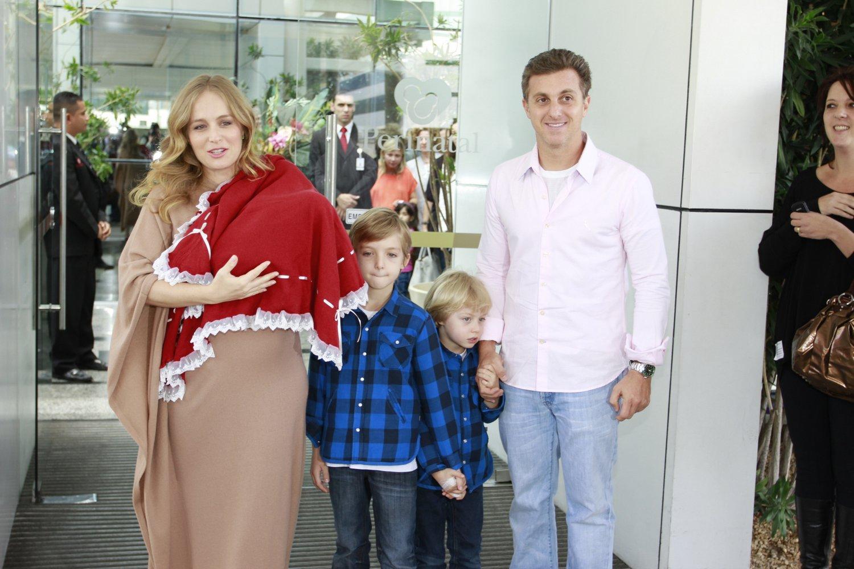 Com a filha recém-nascida no colo, Angélica deixa a maternidade na Zona Oeste do Rio com o marido, Luciano Huck, e os filhos, Joaquim e Benício