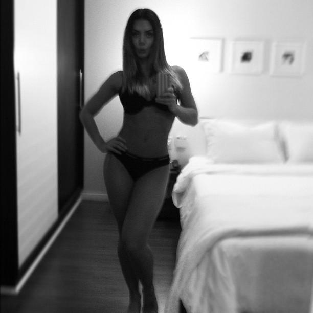 Graciella Carvalho posa de lingerie (Foto: Twitter/Reprodução)