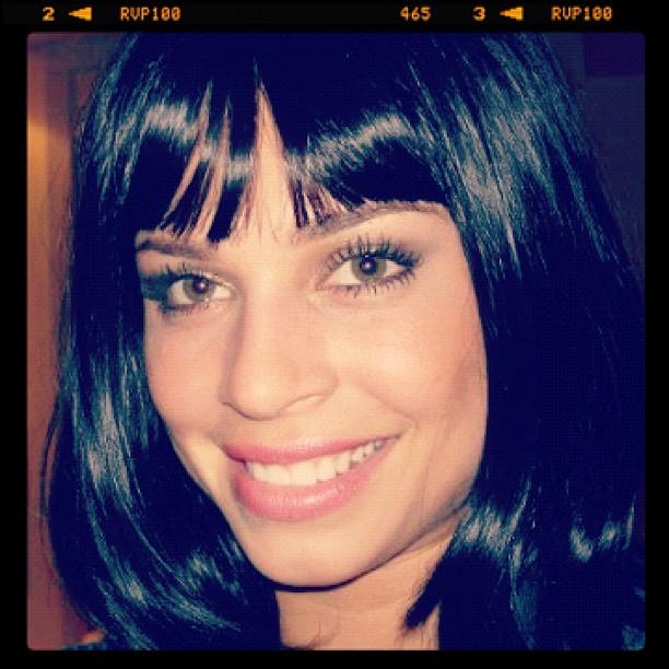 Grazi Massafera experimentou uma peruca escura, com o comprimento menor. Até que ela ficou bem, não acham?