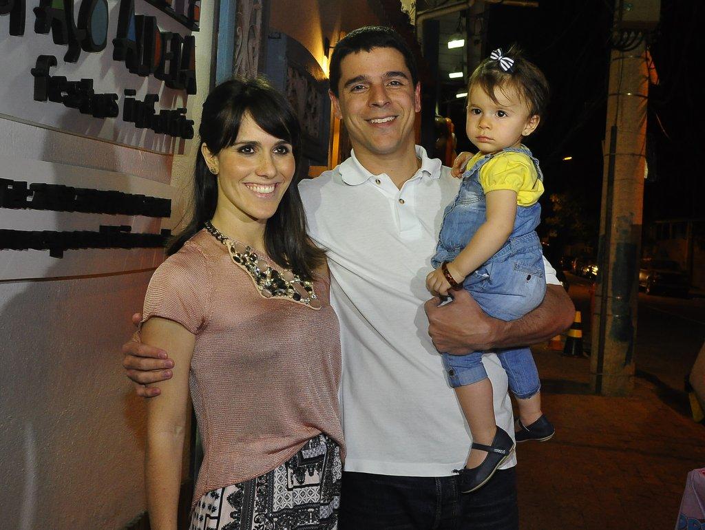Fernanda Pontes, Diogo Boni e a filha, Malu, à entrada da casa de festas