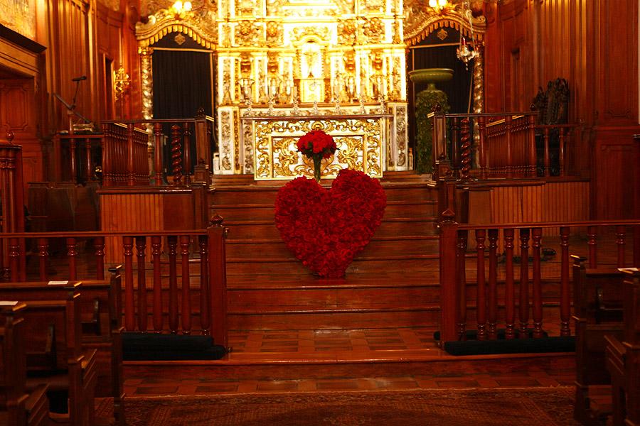 Um coração formado com rosas colombianas vermelhas faz parte da decoração da igreja