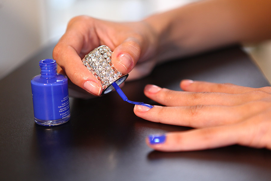 Depois da base, aplique um esmalte azul ou da cor de sua preferência