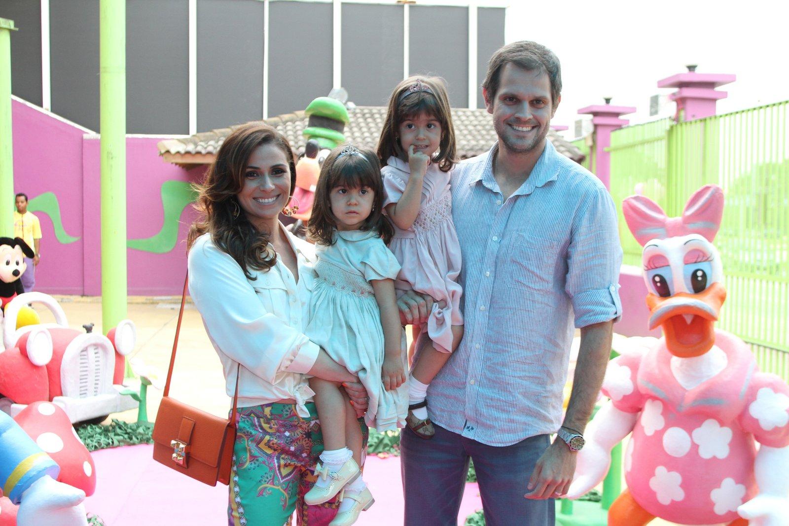 Giovanna Antonelli posa ao lado das filhas aniversariantes, Sofia e Antônia, e ao lado do marido, Leonardo Nogueira