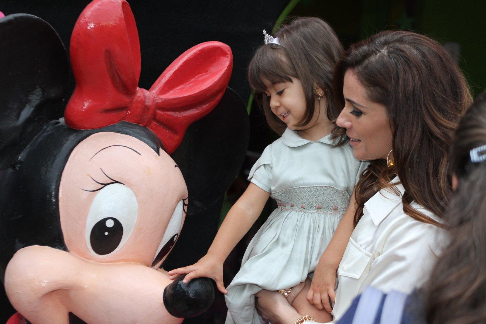 As gêmeas escolheram a Minnie como tema da festa