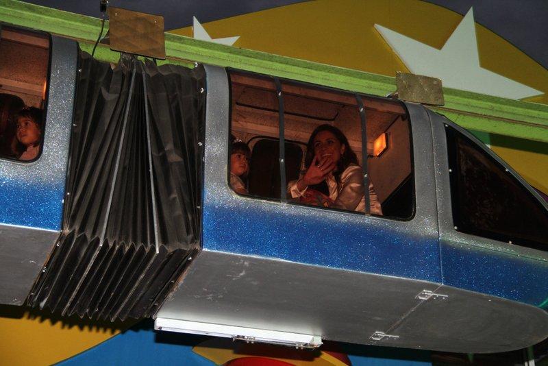 Giovanna Antonelli no trenzinho com a aniversariante