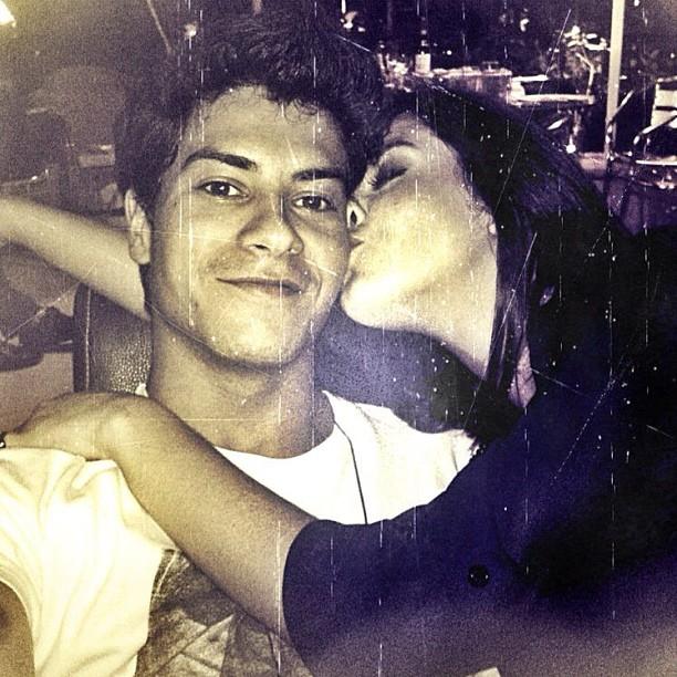 Arthur Aguiar posta foto ganhando beijo de Giovanna Lancellotti (Foto: Twitter/Reprodução)