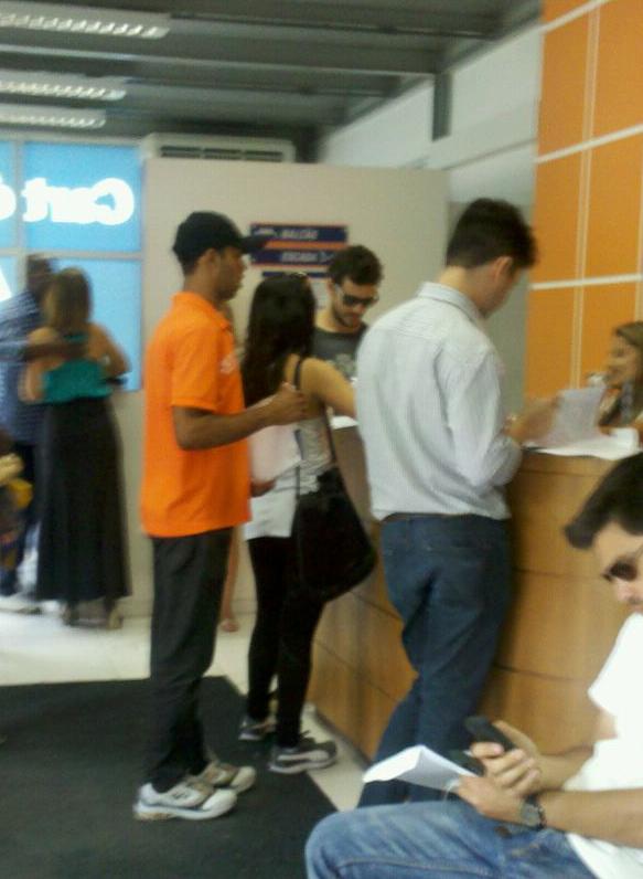 Vanessa Giácomo assinando o divórcio com o Daniel Oliveira (Foto: EGO)