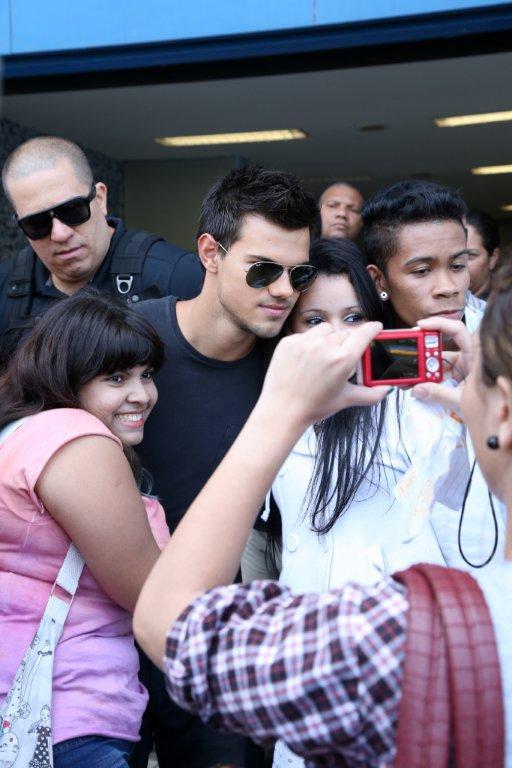Taylor Lautner - Imagenes/Videos de Paparazzi / Estudio/ Eventos etc. - Página 38 Eo4q1405