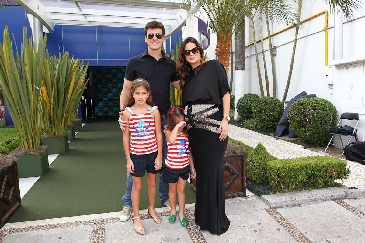 Rodrigo Faro e Vera Viel com o barrigão posam ao lado das filhas, Clara e Maria