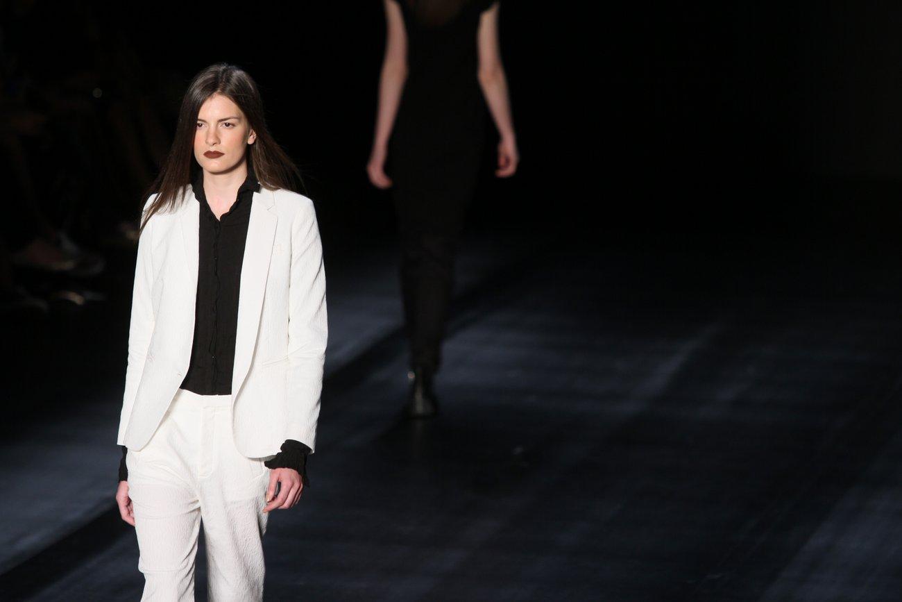 Segundo a jornalista de moda, a grife mostrou um terno branco com camisa preta e sapato abotinado branco numa alfaiataria mais leve