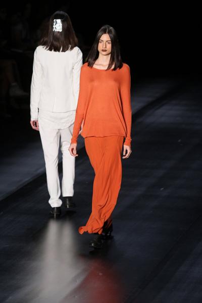 A marca coloriu seu inverno de laranja em longos vestidos e ternos com ar de Tibet, explicou Heloísa Marra