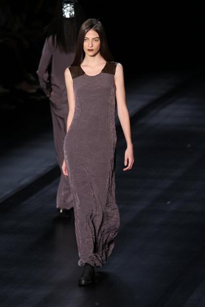 O lurex  entrou em cena em saias envelope mais curtas em parceria com tricôs aconchegantes