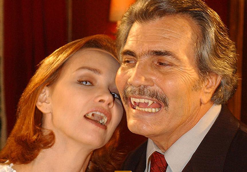 """Júlia Lemmertz como a vampira Marta Mora e Tarcísio Meira, de dentes afiados como o vampirão Bóris em """"O Beijo do Vampiro""""  em 2002"""