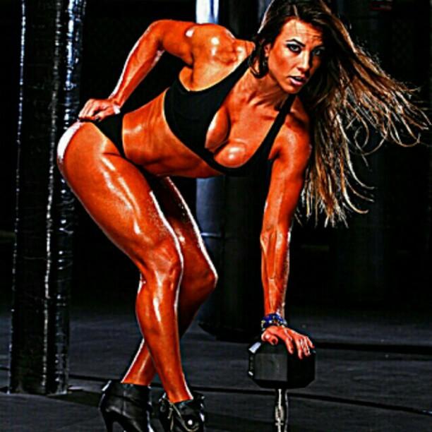 Ex-BBB Michelly exibe músculos (Foto: Instagram)