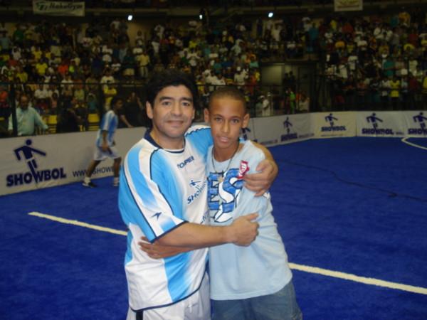 Neymar com Maradona (Foto: Reprodução/Twitter)