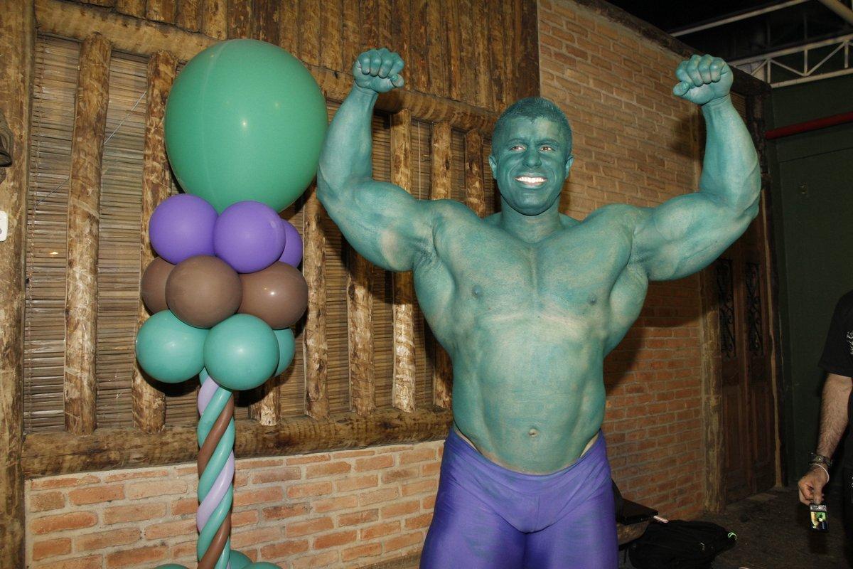 Aqui, o Campeão de Fisiculturismo já caracterizado como Hulk. Ele encantou o aniversariante que, de mãos dadas, saiu passeando com o fortão pela festa