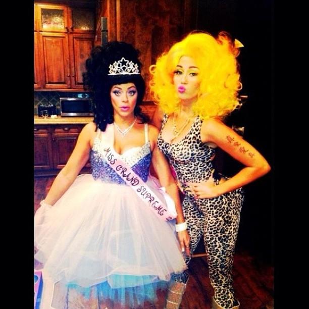 Miley Cyrus se fantasia de Nicki Minaj no Halloween (Foto: Instagram/ Reprodução)