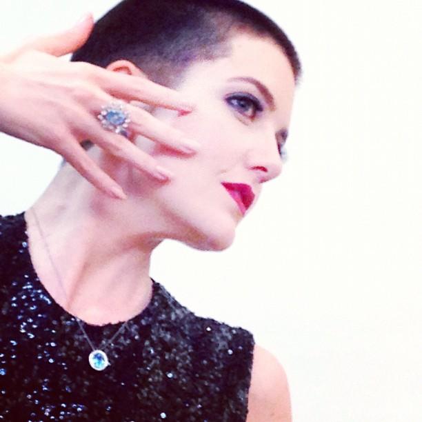 A atriz também posou com o cabelo raspado (Foto: Reproduçãp/Instagram)
