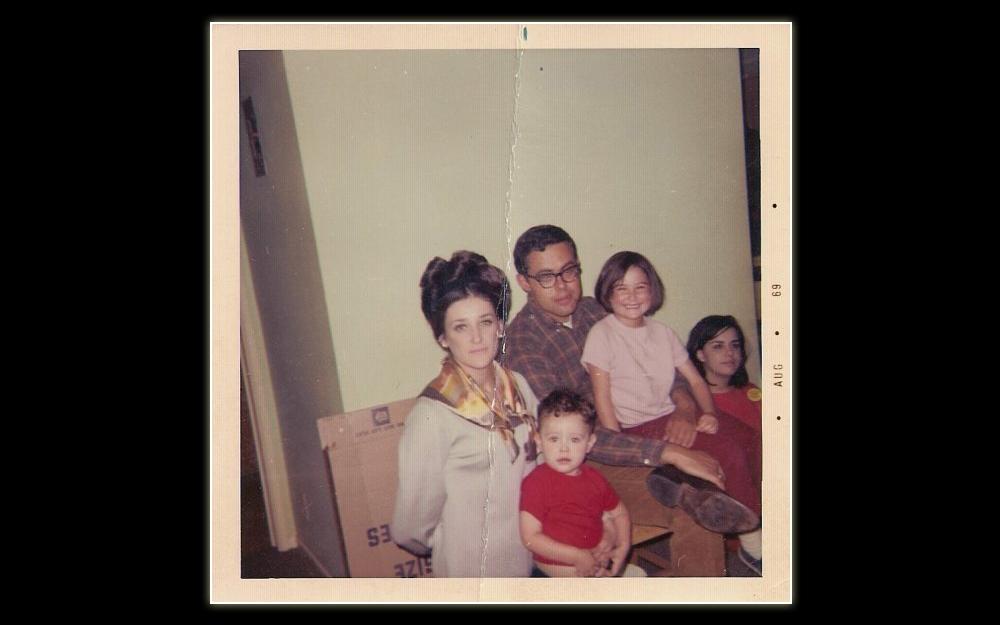 Demi Moore nasceu em 11 de novembro de 1965 no Novo México, nos Estados Unidos. Seu nome de batismo é Demetria Gene Guynes, inspirado em uma propaganda de xampu. Na imagem acima, ela aparece com a mãe, os irmãos e o pai adotivo em 1969.