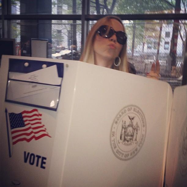 Mariah Carey mandou beijo na hora em que estava na cabine de votação para escolher o presidente que vai governar os Estados Unidos por mais quatro anos