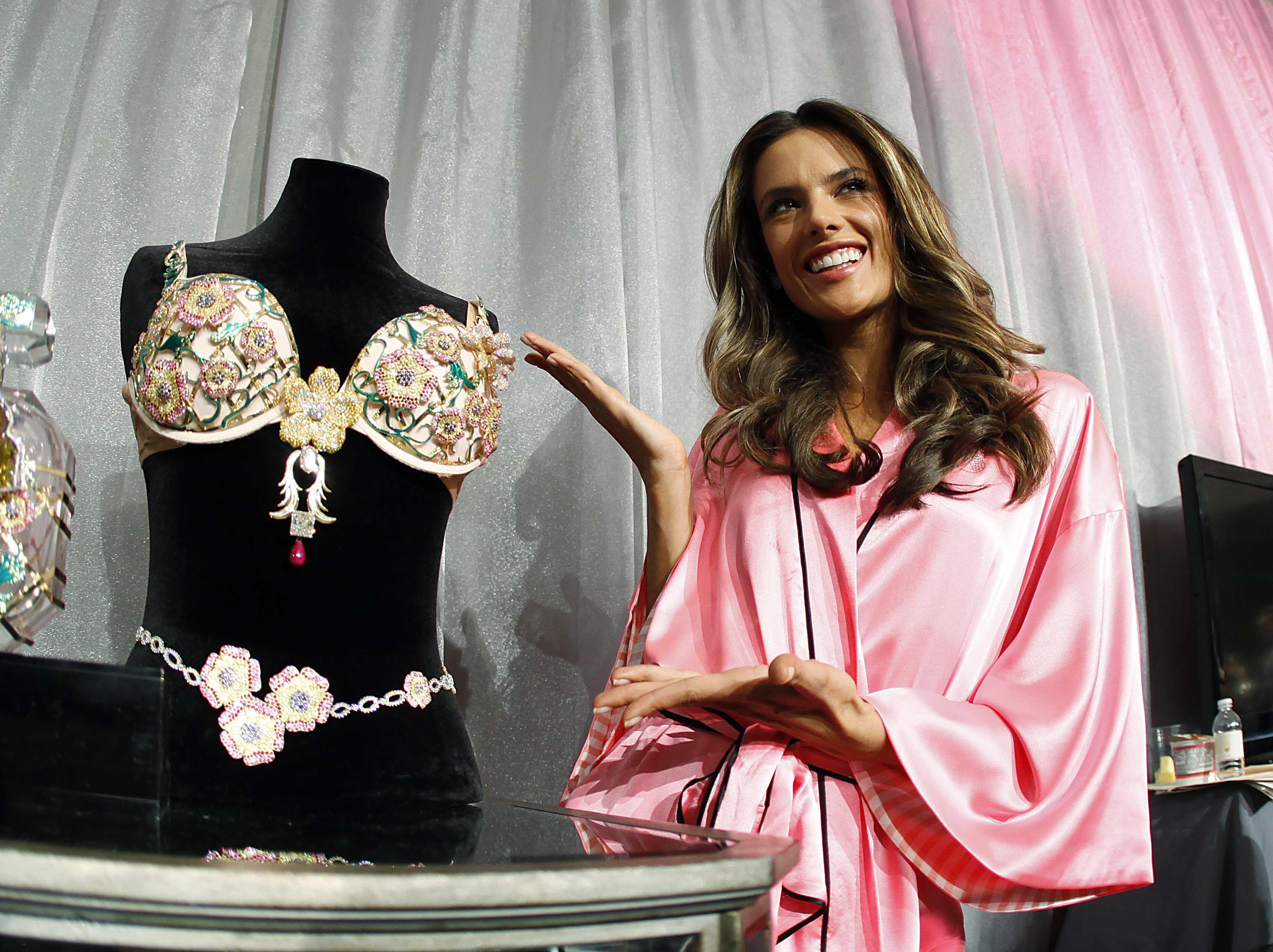Alessandra Ambrósio posa com o sutiã de R$5 milhões que usará no desfile