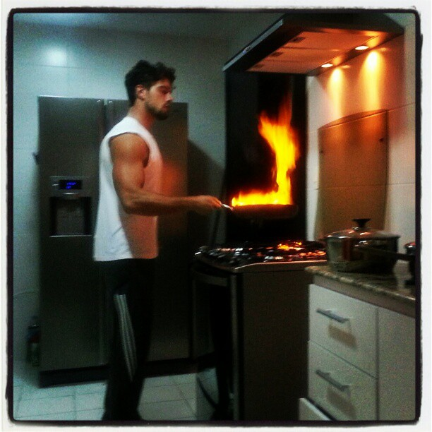 Rafael Cardoso cozinha para a família (Foto: Instagram/ Reprodução)