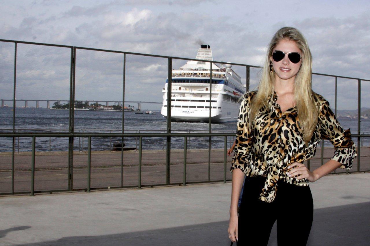 Bárbara Evans foi uma das primeiras a chegar para o segundo dia de Fashion Rio, na tarde desta quinta-feira, 8, na Zona Portuária do Rio