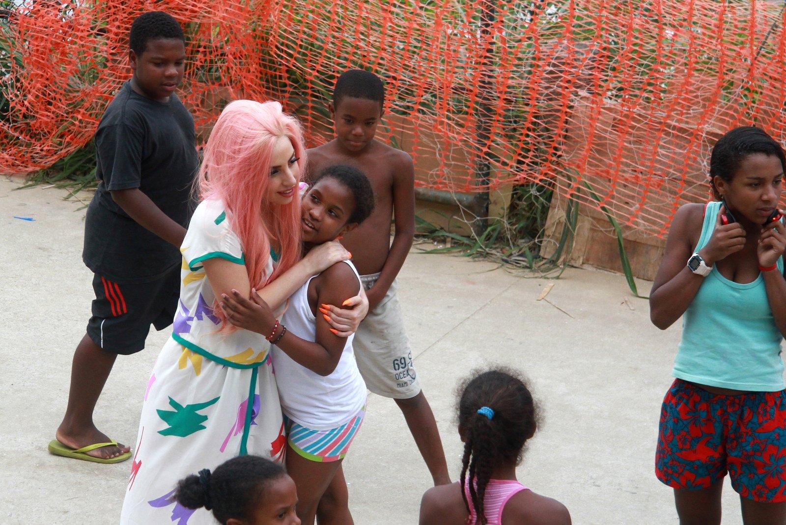 No dia 8, Lady Gaga visitou a comunidade do Cantagalo no Rio. Ela andou descalça, jogou futebol com as crianças e andou de moto-táxi. A cantora veio ao Brasil para uma série de shows.