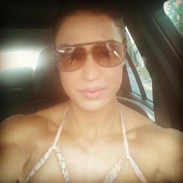 Gracyanne Barbosa exibe corpo musculoso a caminho da academia (Foto: Instagram)
