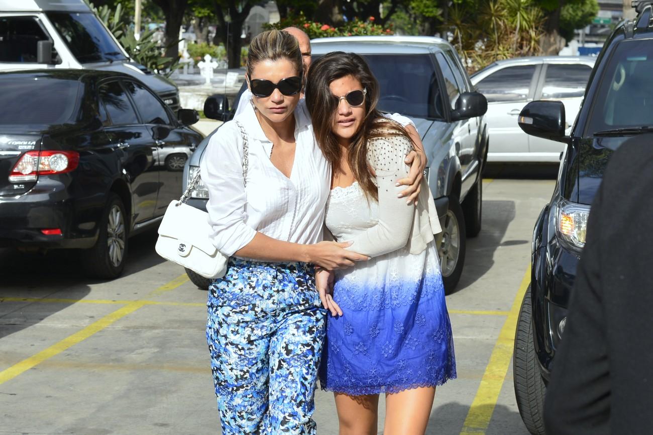 Flávia Alessandra chegou ao cemitério pouco antes das 9h da manhã abraçada à filha Giulia, fruto de seu relacionamento com o diretor Marcos Paulo