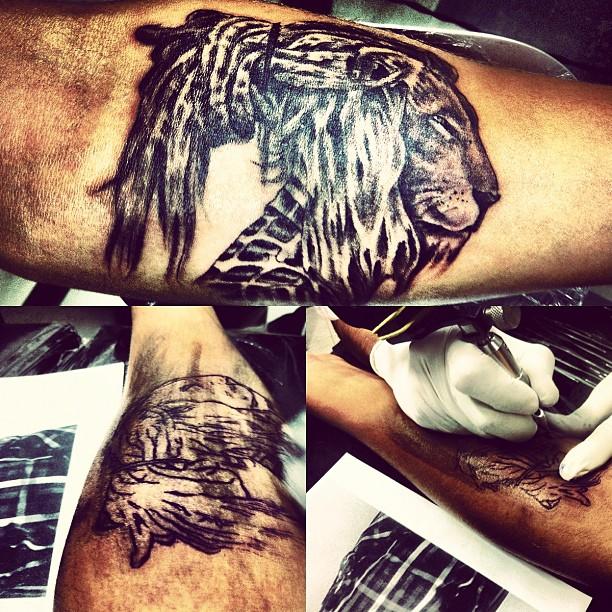 Caio Castro posa foto de tatuagem (Foto: Instagram/ Reprodução)