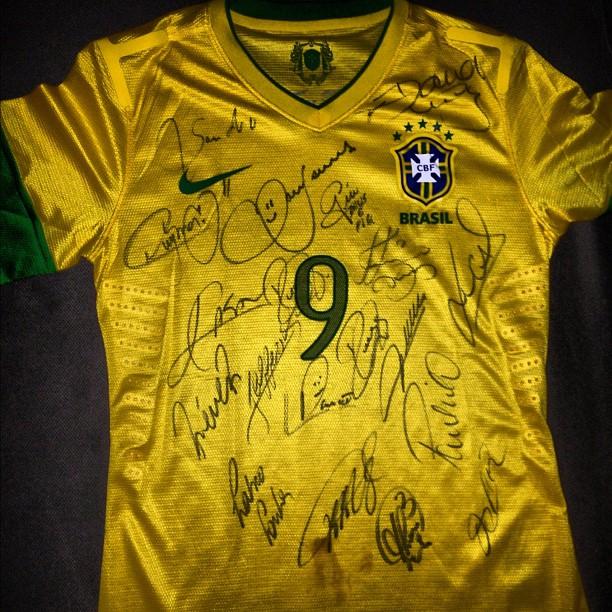 Camisa da seleção brasileira que Izabel Goulart ganhou (Foto: Instagram/ Reprodução)