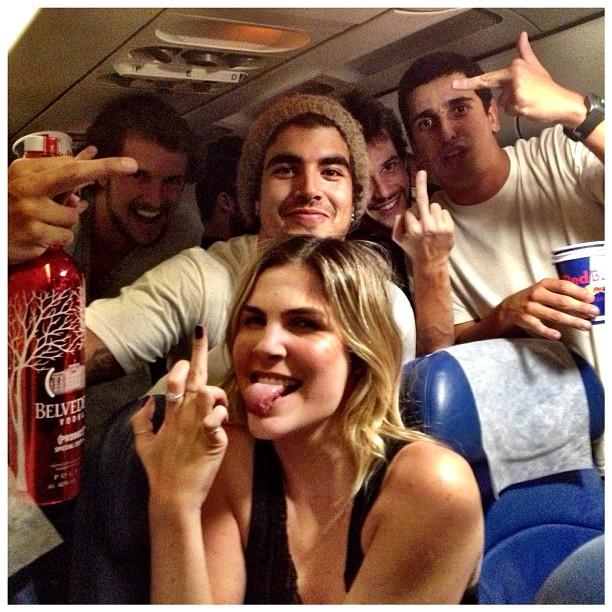 Caio Castro, Julia Faria, Jayme Matarazzo se divertem em voo (Foto: Instagram / Reprodução)