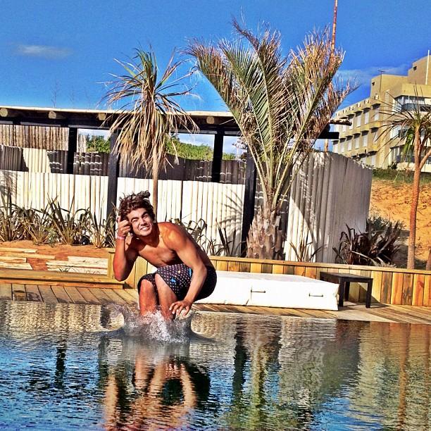 Caio Castro pula em piscina de hotel (Foto: Instagram / Reprodução)