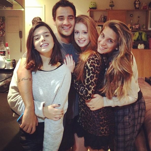 Giovanna Lancellotti e Marina Ruy Barbosa com amigos (Foto  Instagram   Reprodução) 7dae34cdbe