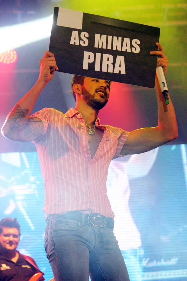 caradosfamosos: Gusttavo Lima se anima e cheira calcinha