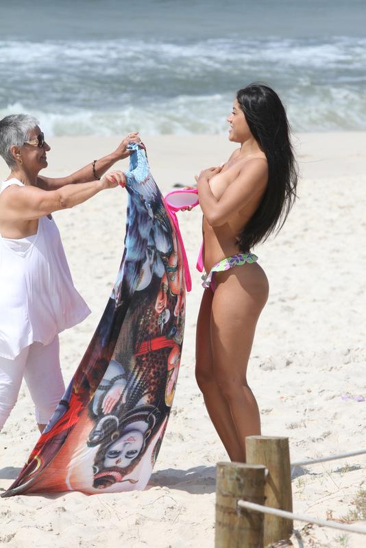 Kamilla Covas na praia (Foto: Fabio Martins / AgNews)