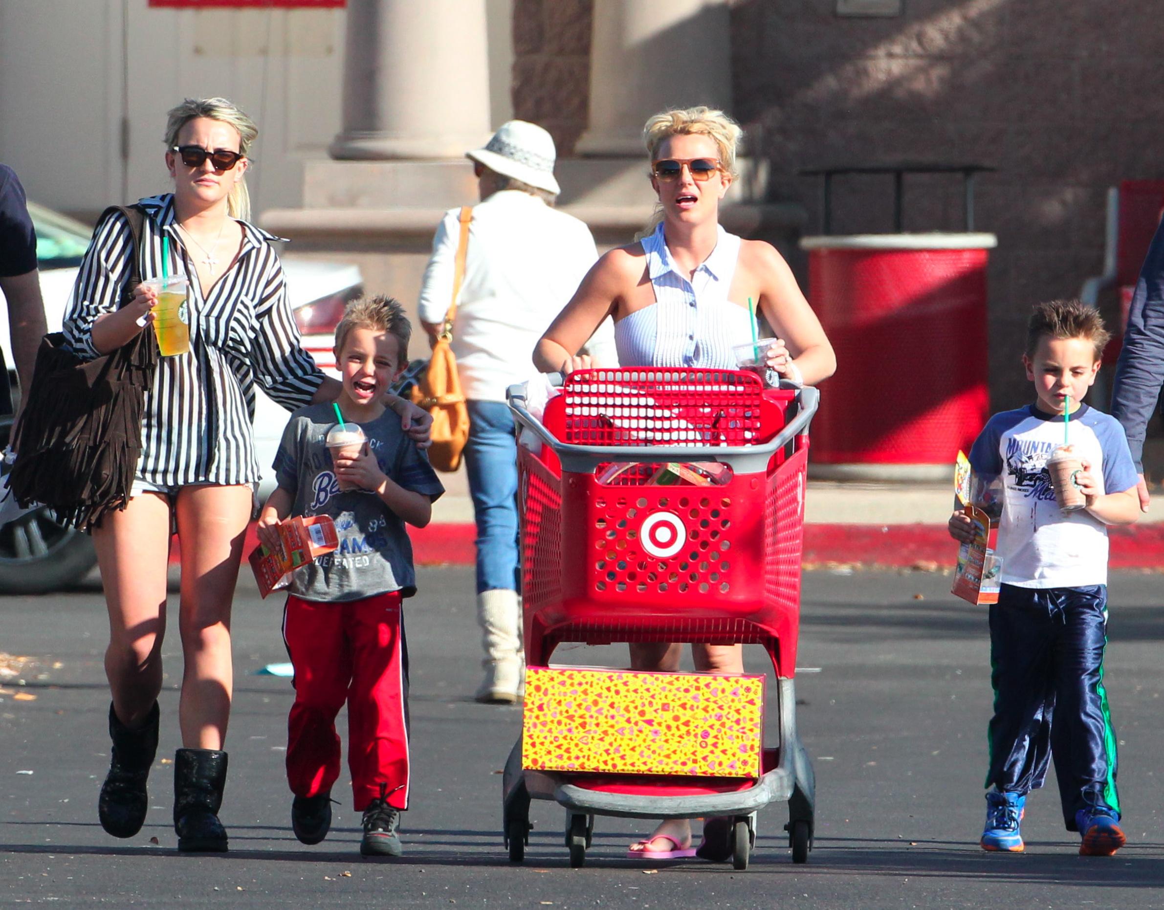 Britney Spears mostrou seu lado de casa ao fazer compras com os filhos, Sean Preston e Jayden James, e com a irmã, Jaime Lynn Spears, em um supermercado em Los Angeles, nos Estados Unidos.