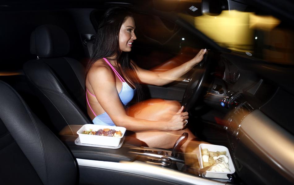 Quando não consegue almoçar em casa, Gracyanne leva marmitas e come no carro mesmo, entre um compromisso e outro