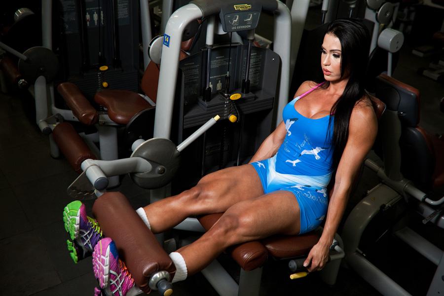 Na cadeira extensora, Gracyanne Barbosa faz quatro séries de 15 repetições, levantando 50 quilos. 'Ela não pega mais pesado neste exercício porque sente dor nos joelhos', conta Xandy Negão, personal trainer da modelo